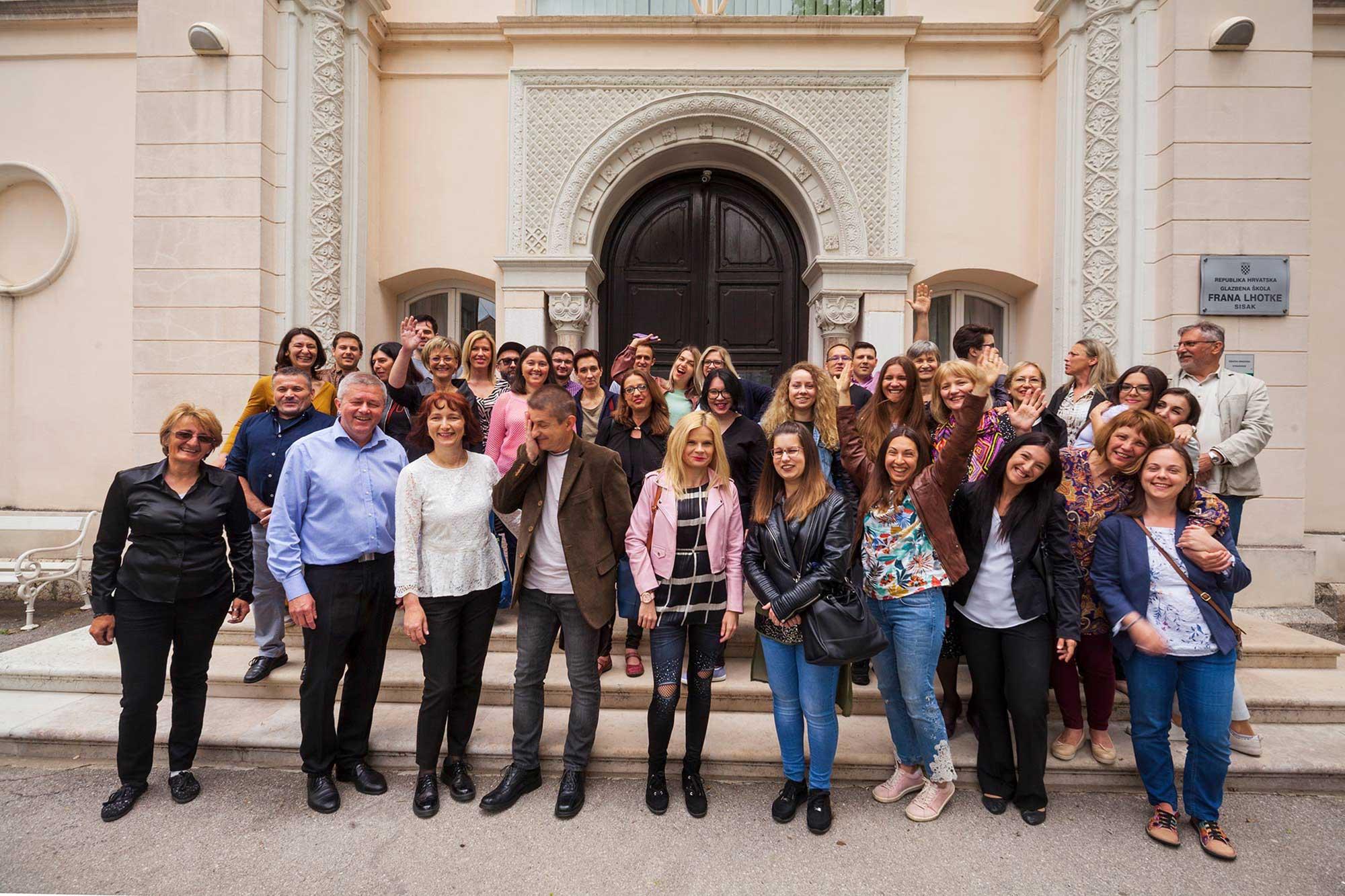 Glazbena škola Frana Lhotke - djelatnici na zajedničkoj fotografiji